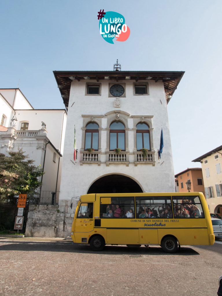 Scuolabus davanti Biblioteca Guarneriana