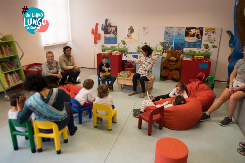 Volontaria legge ai bambini