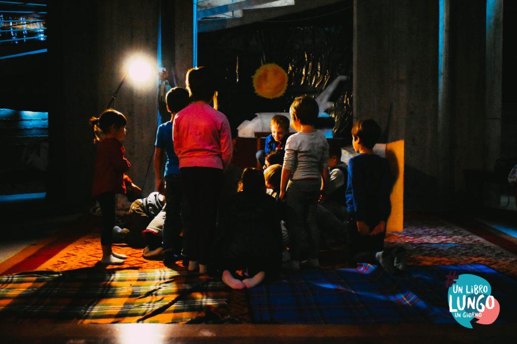 bambini ascoltano una storia